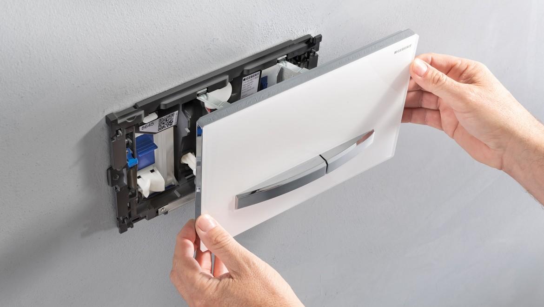 Der Einschub für den Spülkastensticks befindet sich gut zugänglich hinter der Betätigungsplatte