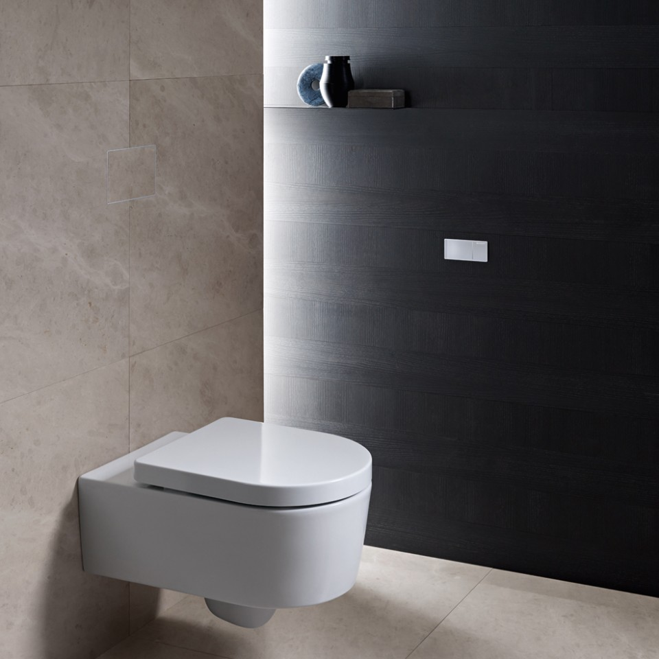 WC adapté PMR Geberit avec déclenchement à distance type 70