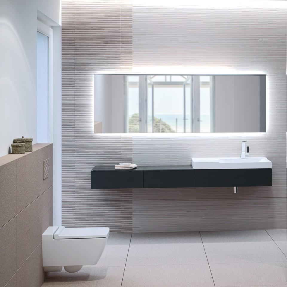 Salle de bains Geberit Xeno2 avec WC rimfree, plaque de déclenchement Sigma70 et lavabo
