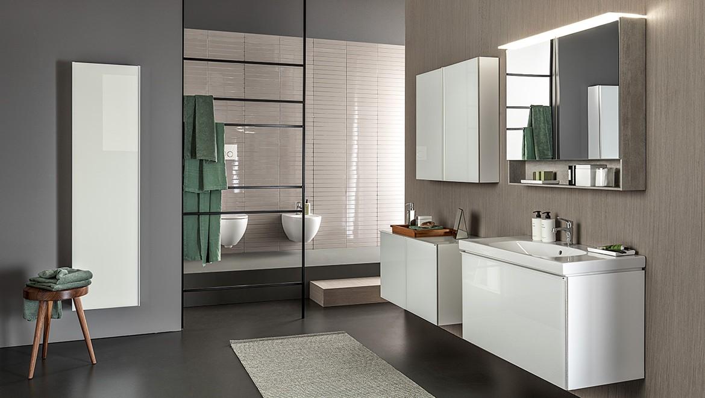 Salle de bains moderne avec des lignes épurées de la série de salle de bain Geberit Acanto