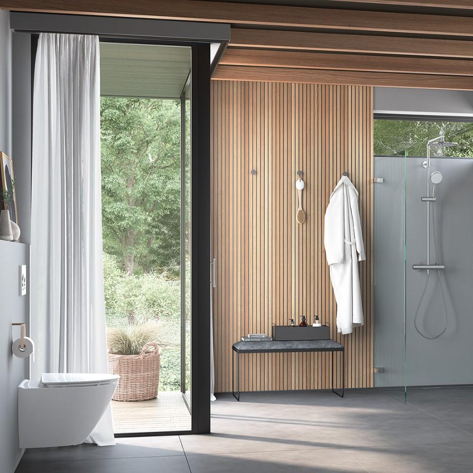 Nordisches Badezimmer mit Holzelementen