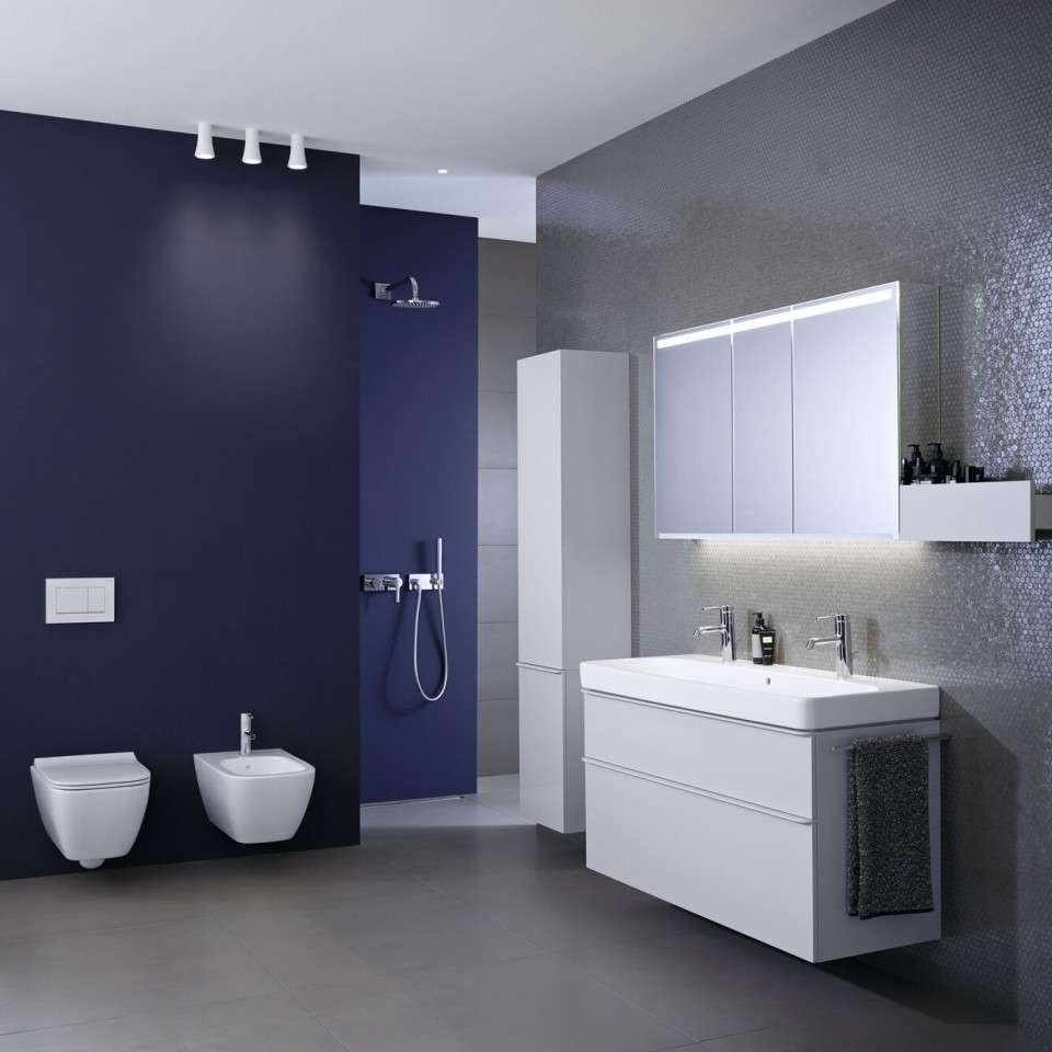 Bathroom with Geberit Smyle Square toilet and washbasin