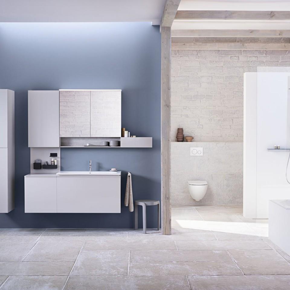 Geberit Acanto Badezimmer mit Waschtisch, Badmöbeln, WC und Badewanne