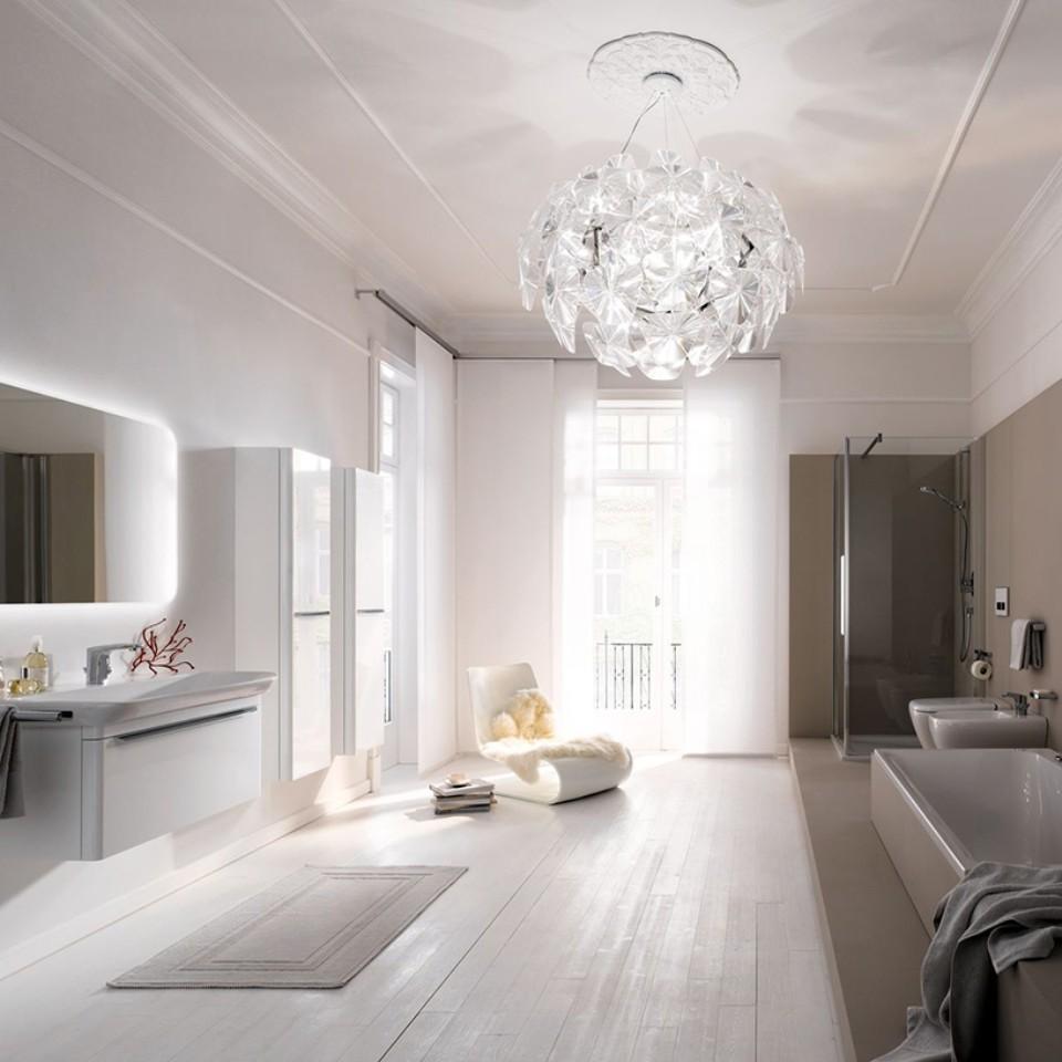 Geberit myDay Badezimmer mit Waschtisch, Spiegel, Badezimmermöbeln, WC, Bidet und Badewanne