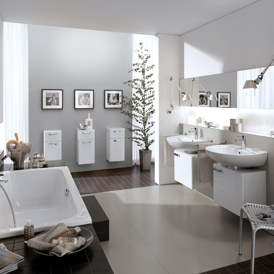 Geberit Renova Badezimmer mit Waschtischen, Spiegel, Badewanne und Badezimmermöbeln