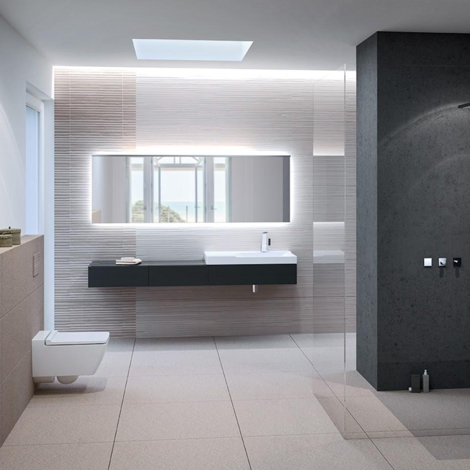 Salle de bains équipée d'un WC GeberitXeno² sans bride, d'une plaque de déclenchement Sigma70 et d'un lavabo