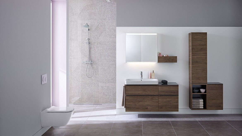 Komplettbadserie Geberit Smyle: WC, Waschtisch mit Unterschrank, Lichtspiegelschrank, Hochschrank; Dusche: Geberit CleanLine; Betätigungsplatte Geberit Sigma21
