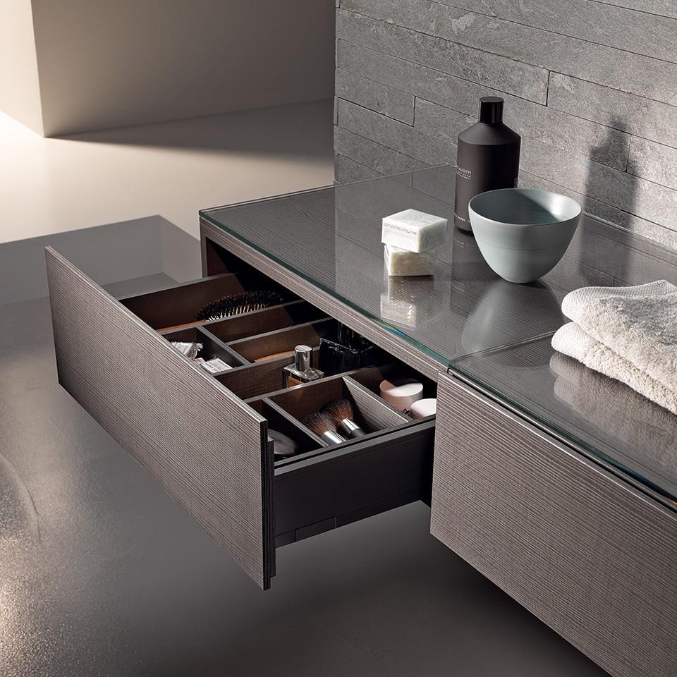 Les tiroirs supérieurs des armoires de lavabo sont équipés d'un éclairage LED intégré qui procure un éclairage doux. Des miroirs lumineux élégants complètent la gamme.