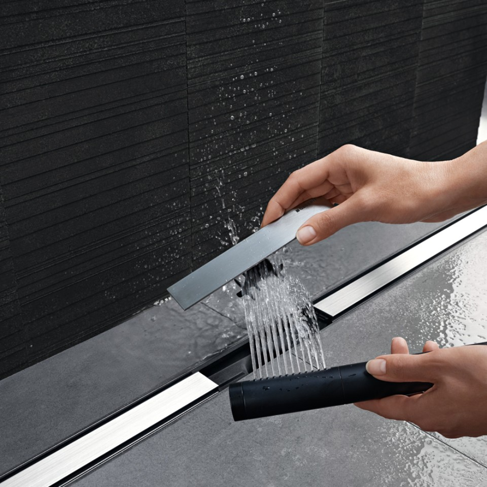 Geberit shower drain from the CleanLine series – comb insert which can be rinsed
