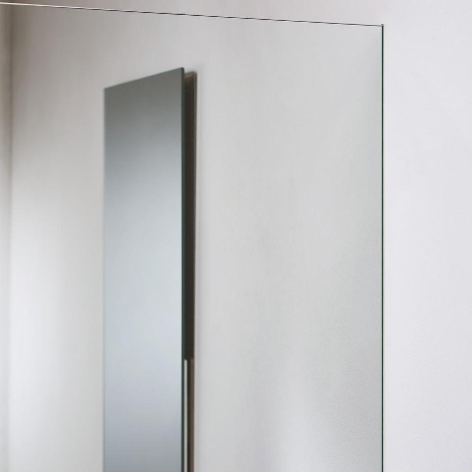 Dankzij een innovatief inbouwelement sluit de douchewand naadloos aan met de muur zonder zichtbare bevestigingselementen.