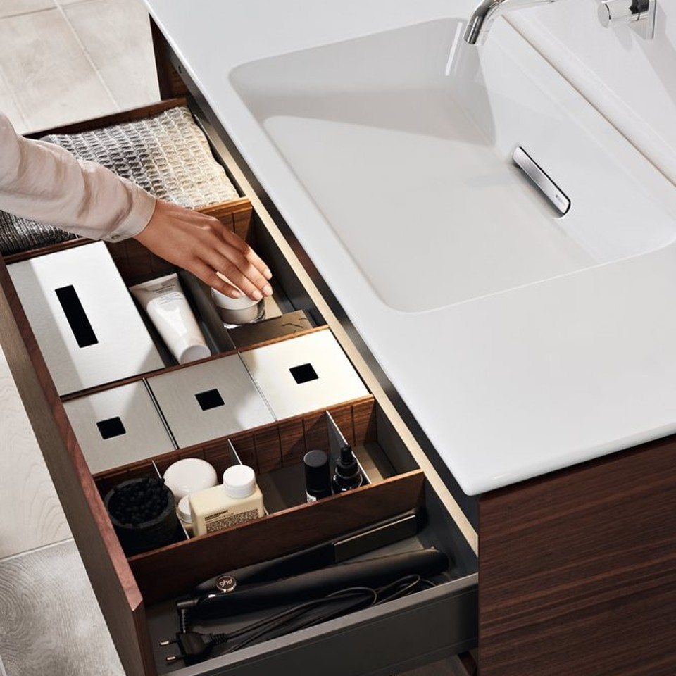 De laden bieden verrassend veel opbergruimte doordat de wastafelsifon in de functiebox in de voorwand is weggewerkt.