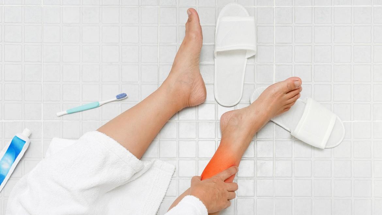 Sturzgefahr im Bad – auf die richtige Materialwahl kommt es an