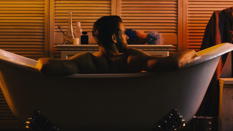 Un homme se détend dans sa baignoire