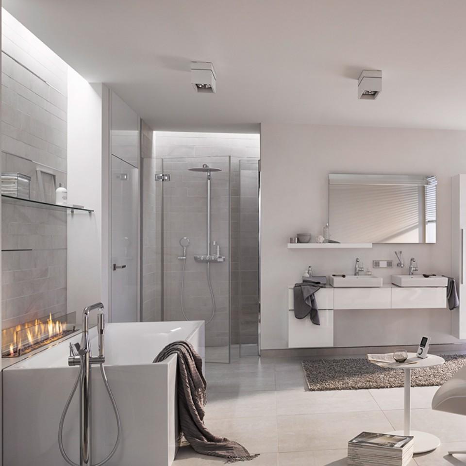Salle de bains lumieuses aux couleurs blanches coordonnées