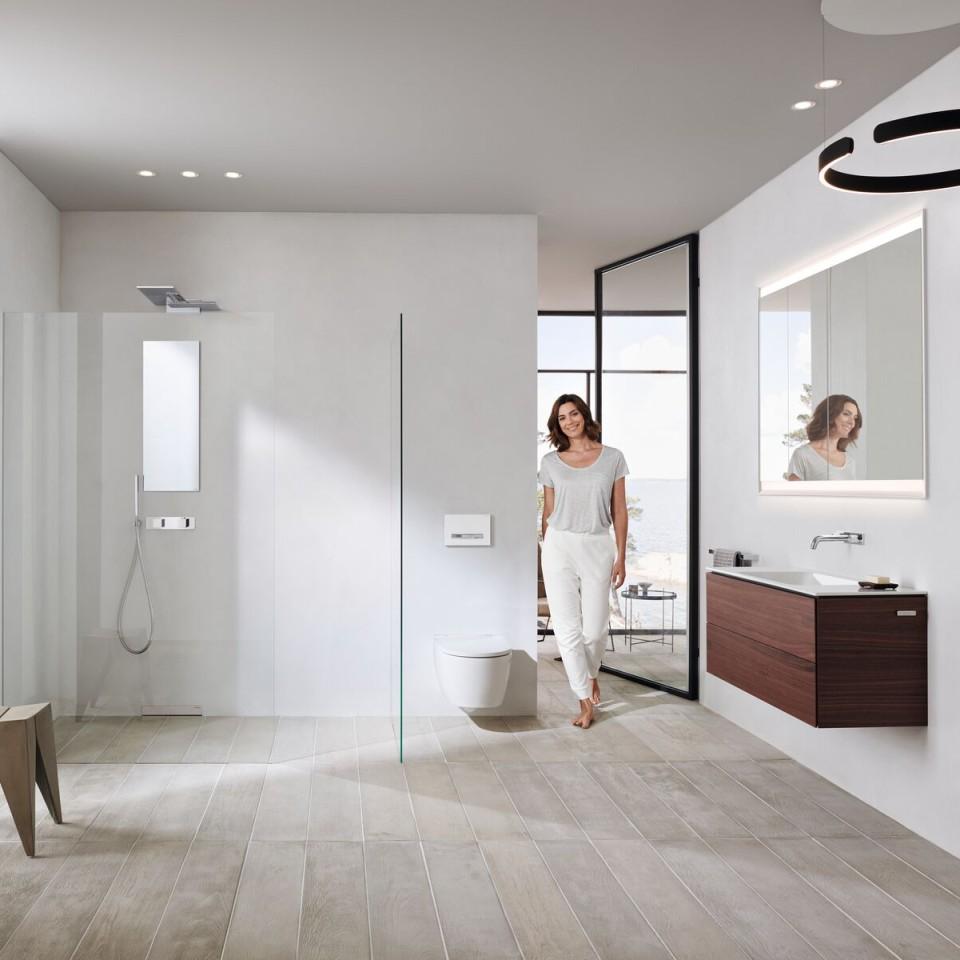 Salle de bains blancje avec la collection Geberit ONE