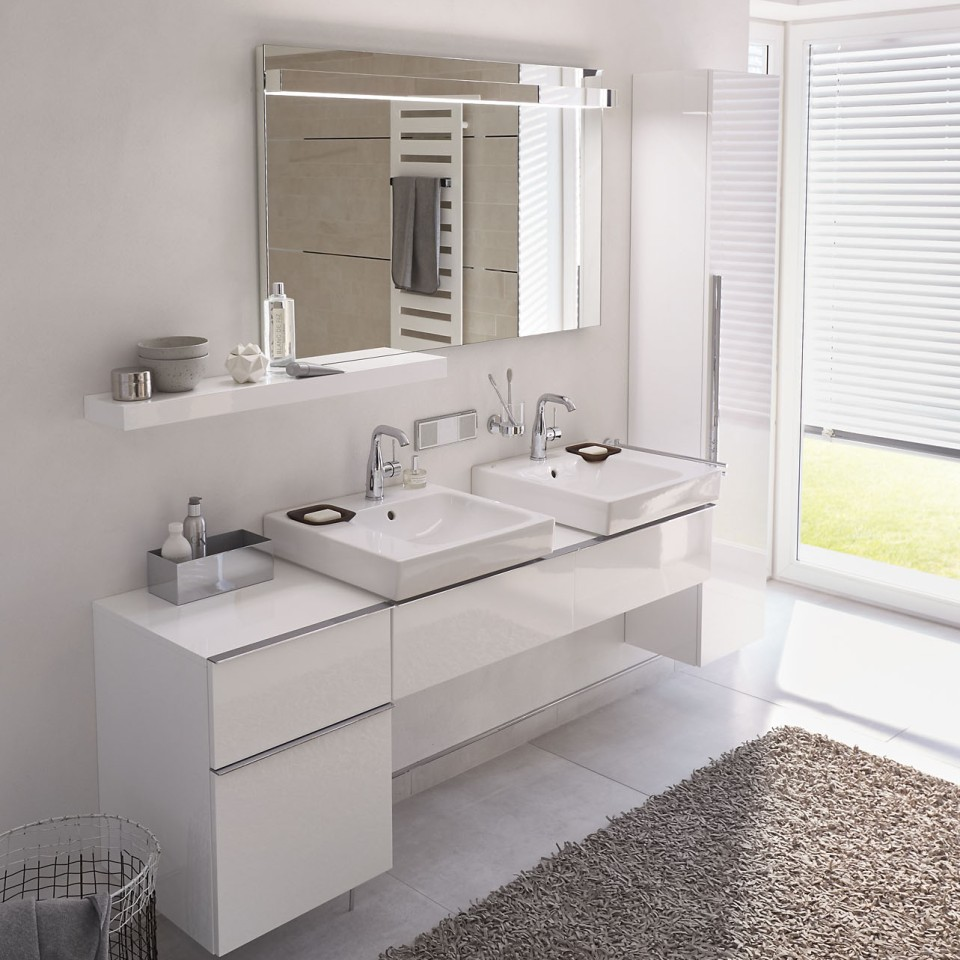 Un tapis apporte de la couleur dans la salle de bains aux teintes claires