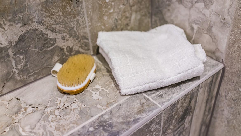 Dusche mit gefliester Sitzbank