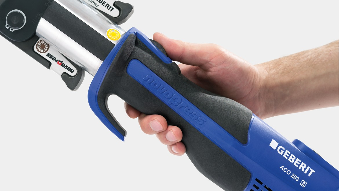 Ergonomic operation of the pressing tool with non-slip, compact handle