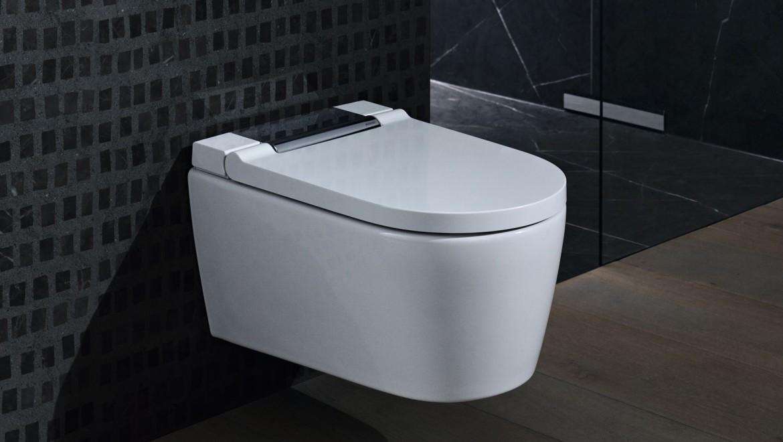 WC lavant Geberit AquaClean Sela chrome brillant dans une salle de bain noire